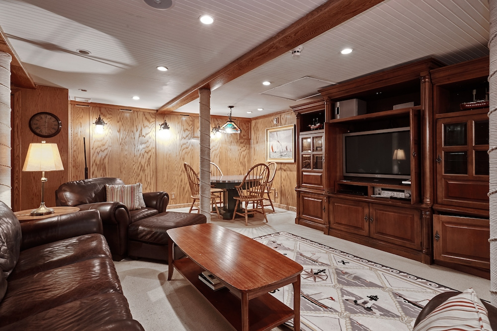 NantucketLightship_entertainment_room_02.jpg
